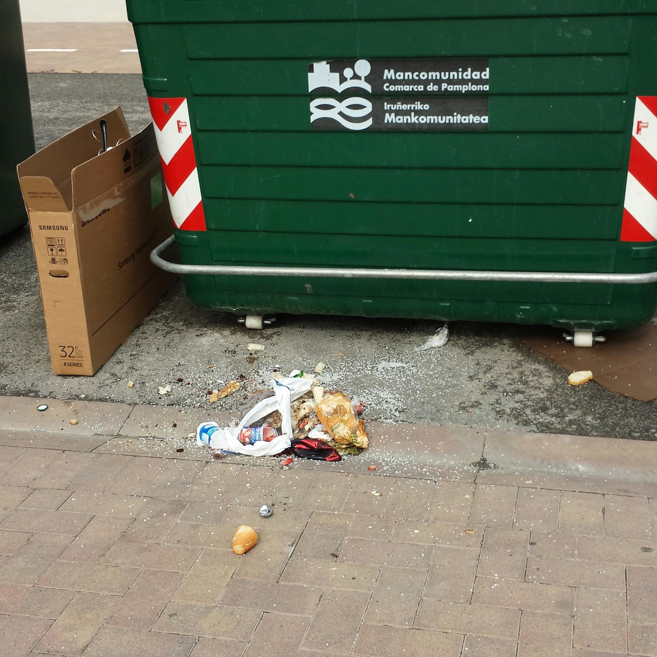 Fotodenuncia acceso garaje y basura fuera de contenedores - Contenedores para vivir ...
