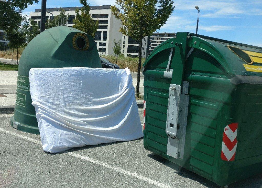 Fotodenuncia basura fuera de contenedores vivir en lezkairu - Contenedores para vivir ...